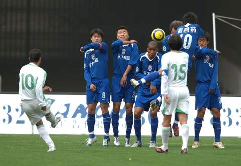 图文:中超-国际0比2国安 北京队10号发任意球