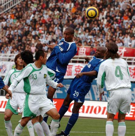 图文:中超-西安国际不敌国安 维森特头球攻门