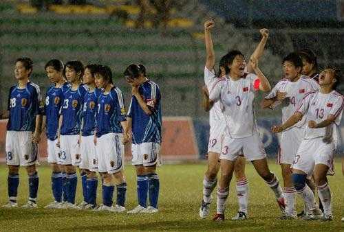 图文:女足亚青赛中国挺进决赛 中国队欢庆胜利