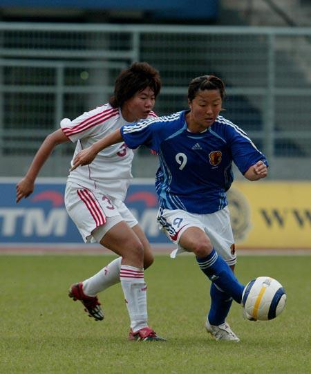 图文:女足亚青赛中国挺进决赛 中国队员防守
