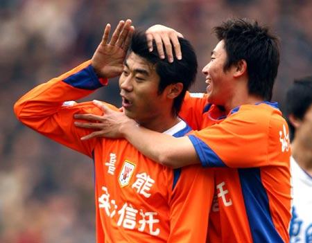 图文:山东3-0大胜天津 队员庆祝队友韩鹏