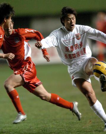 图文:青岛不敌长春 杜震宇在比赛中控球