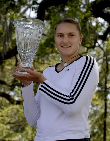 家庭生活杯佩特洛娃苦战胜施奈德 获背靠背冠军