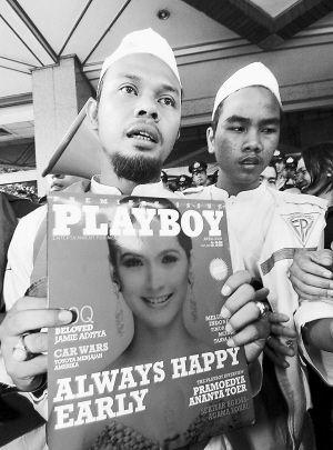 花花公子创刊号_上百本花花公子杂志在印尼遭焚烧赖斯亦宣战-搜狐财经