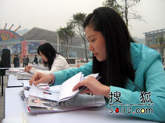 《梦想中国》重庆海选:工作人员检查报名表
