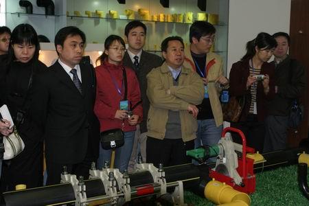采访团参观沧州东塑集团和沧州大化集团公司