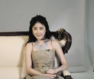陈慧琳坐名贵欧洲椅 戴千万钻饰变身幸福公主