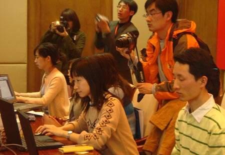 """网络媒体记者采访浦东""""区长网上办公会""""(图)"""