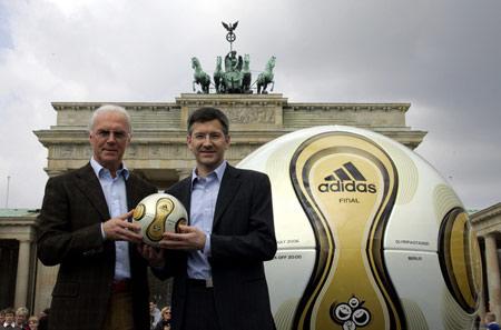 图文:世界杯比赛用球 贝肯鲍尔与阿迪的CEO