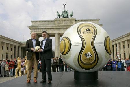 图文:世界杯单场比赛用球 巨大的金色足球