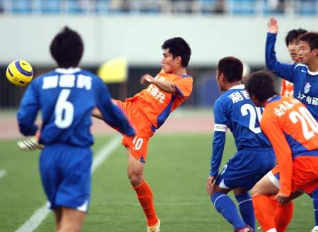 图文:中超山东鲁能5-1西安 双方混战中