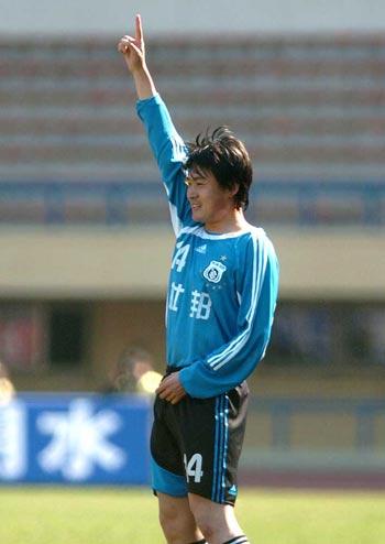 图文:大连主场迎战武汉 胡兆军庆祝进球