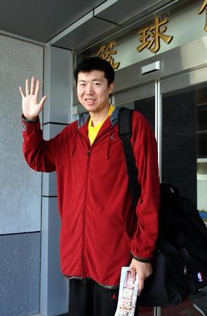图文:王治郅在体育总局训练 以记者打招呼