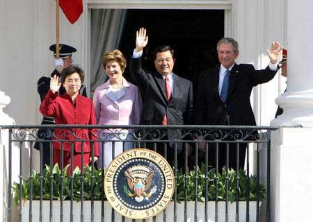 胡锦涛出席布什举行的欢迎仪式 与布什举行会谈