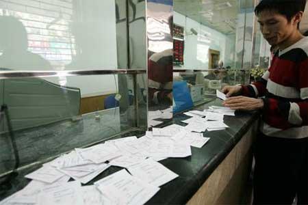 不满银行服务态度 郑州一男子存取零钞80多次报复