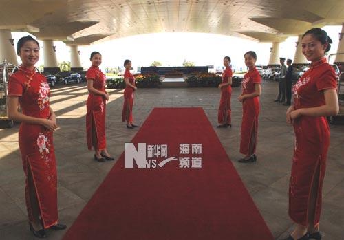 礼仪小姐在博鳌亚洲论坛年会主会场入口处迎接来宾