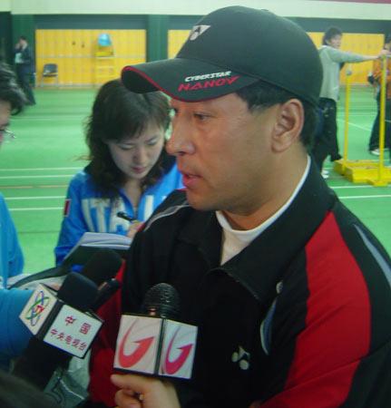 图文:羽球汤尤杯前模拟赛 李永波接受采访