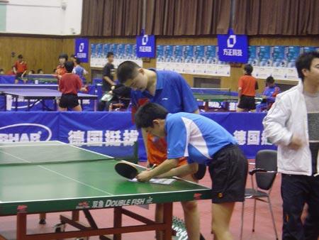 图文:全国中学生乒乓球邀请赛 双方签字
