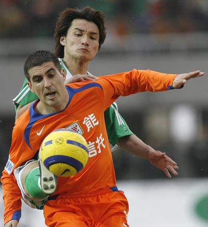 图文:山东鲁能对阵北京国安 日科夫拼抢