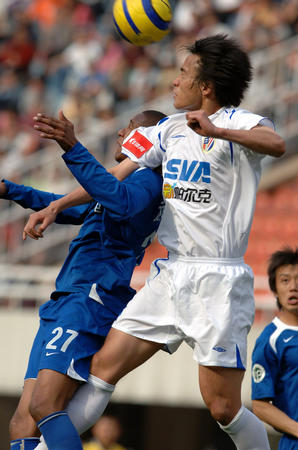 图文:西安国际平上海申花 维森特争顶头球