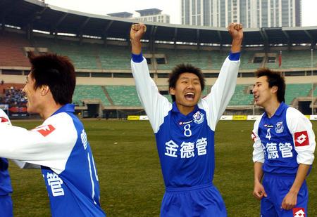 图文:沈阳扳倒大连实现三连胜 与队友庆祝