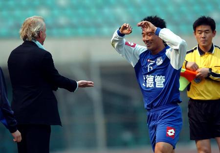 图文:沈阳扳倒大连实现三连胜 教练库夫曼