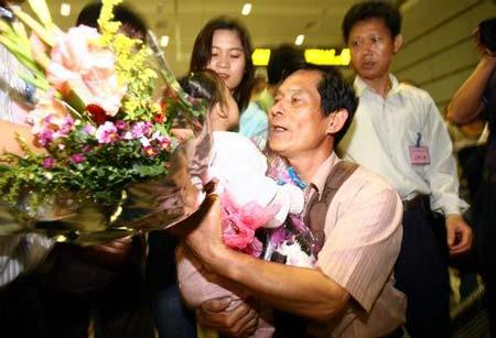 首批所罗门撤离的十三名华侨华人安全抵穗(图)