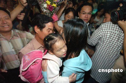 组图:从所罗门群岛撤回的13名侨民飞抵广州
