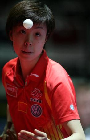 图文:世乒赛中国女队首战捷克 张怡宁全神贯注