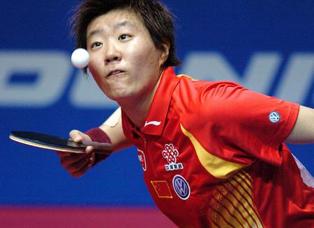 图文:世乒赛团体赛开赛 郭焱在比赛中发球