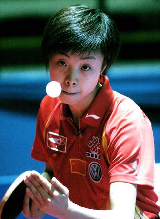 图文:世乒赛团体赛开赛 张怡宁在比赛中发球