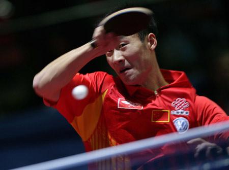 图文:男队3-0胜罗马尼亚 王励勤比赛中