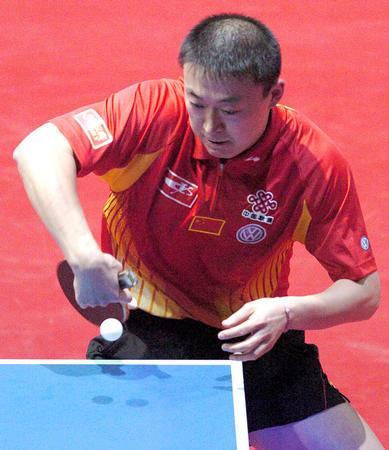 图文:中国3-0胜罗马尼亚 马琳反手回球