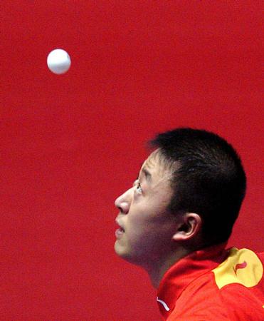 图文:中国3-0胜罗马尼亚 马琳在比赛中回球
