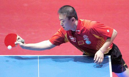 图文:中国3-0胜罗马尼亚 马琳比赛中正手回球