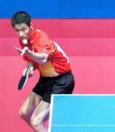图文:中国3-0胜罗马尼亚 王励勤在比赛中回球