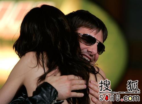 《碟中谍3》罗马宣传 阿汤哥熊抱MaggieQ(图)