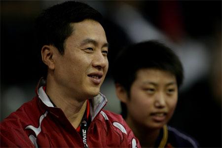 图文:中国3-0力擒塞黑 教练施之皓观战中