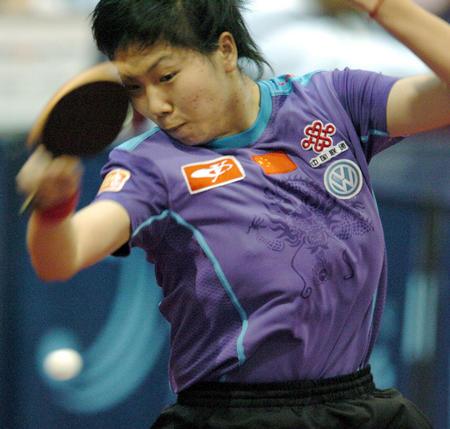 图文:中国3-0力擒塞黑 李晓霞在比赛中
