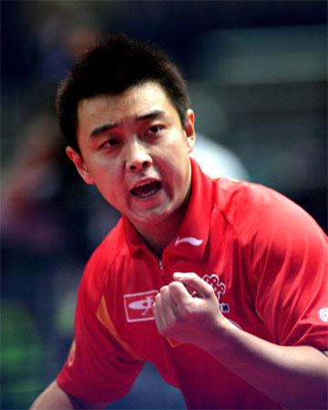 图文:世乒赛男团中国轻取荷兰 王皓为自己加油