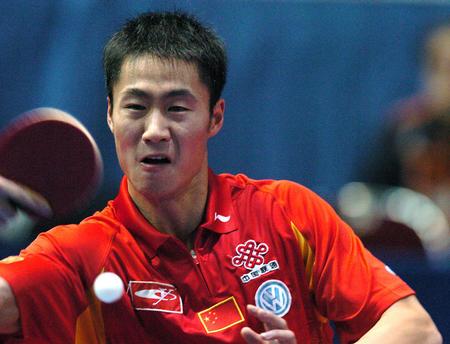 图文:男团中国3-0胜荷兰 王励勤在比赛中