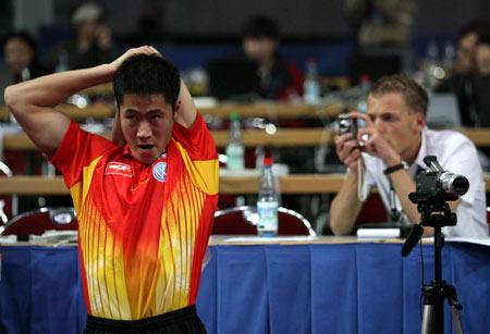 图文:国乒男队3比0轻取荷兰 记者抓拍王励勤