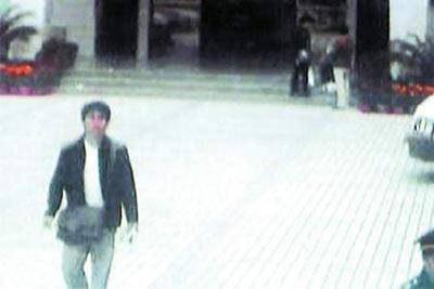 母亲中山大学门前被撞昏迷 儿子网上缉凶(图)