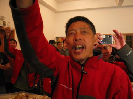 组图:我的长征举行庆功宴 队员签署承诺书