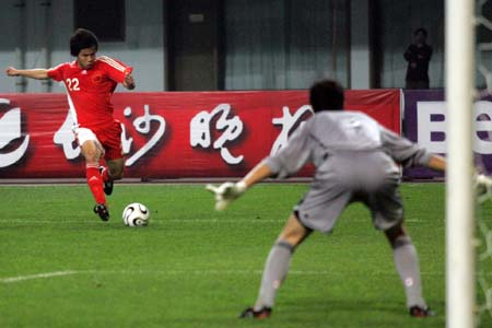 图文:中国国青迎战日本国青 王永珀带球