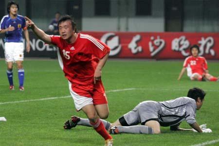 图文:中国国青迎战日本国青 王永珀举手庆祝