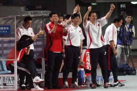图文:中国国青迎战日本国青 教练组鼓掌庆祝