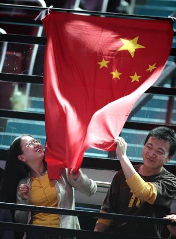 图文:国乒女队3-0罗马尼亚 球迷举国旗加油