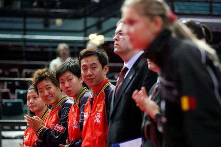 图文:国乒女队3-0轻取罗马尼亚 双方在赛前亮相