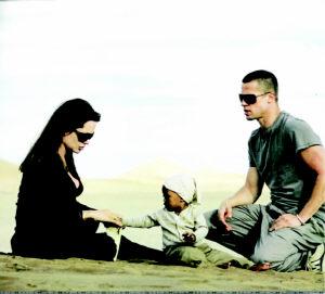 皮特朱莉写真回敬狗仔 沙漠野餐大秀温馨(图)